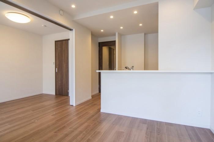 リビングダイニングは隣接した洋室と接続して約13帖の一室として活用できます。