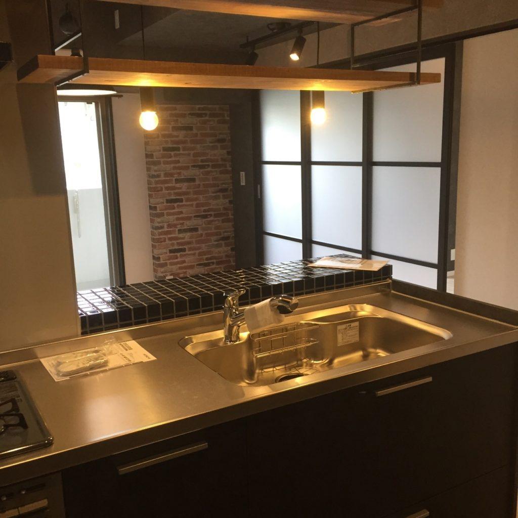 アンティークなタイルと照明のキッチンの写真