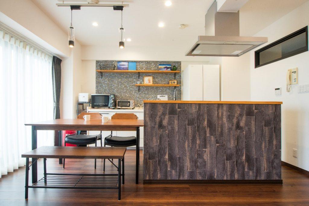 木材調の立ち上がりがあるキッチン①