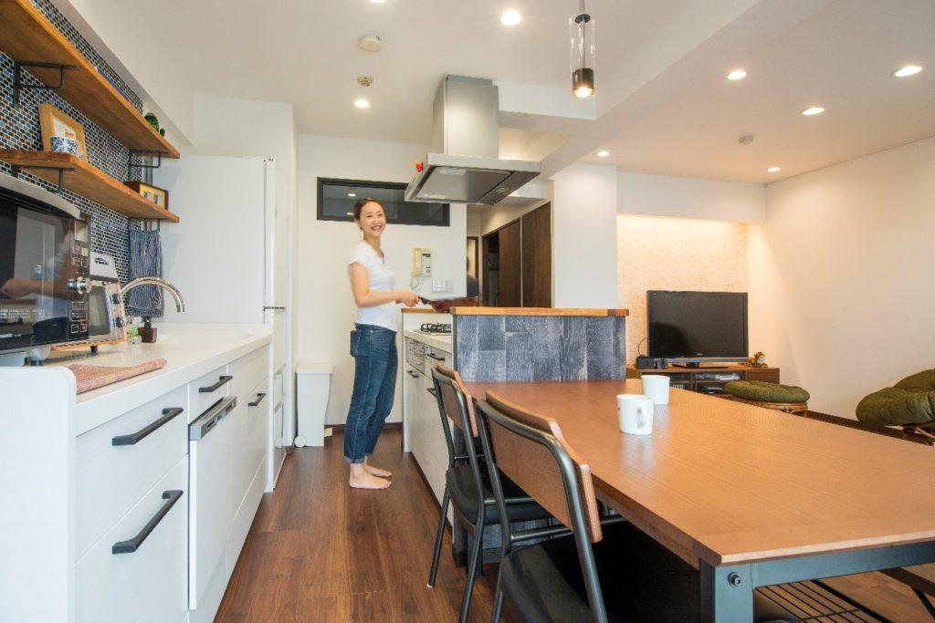 木材調の立ち上がりがあるキッチン②