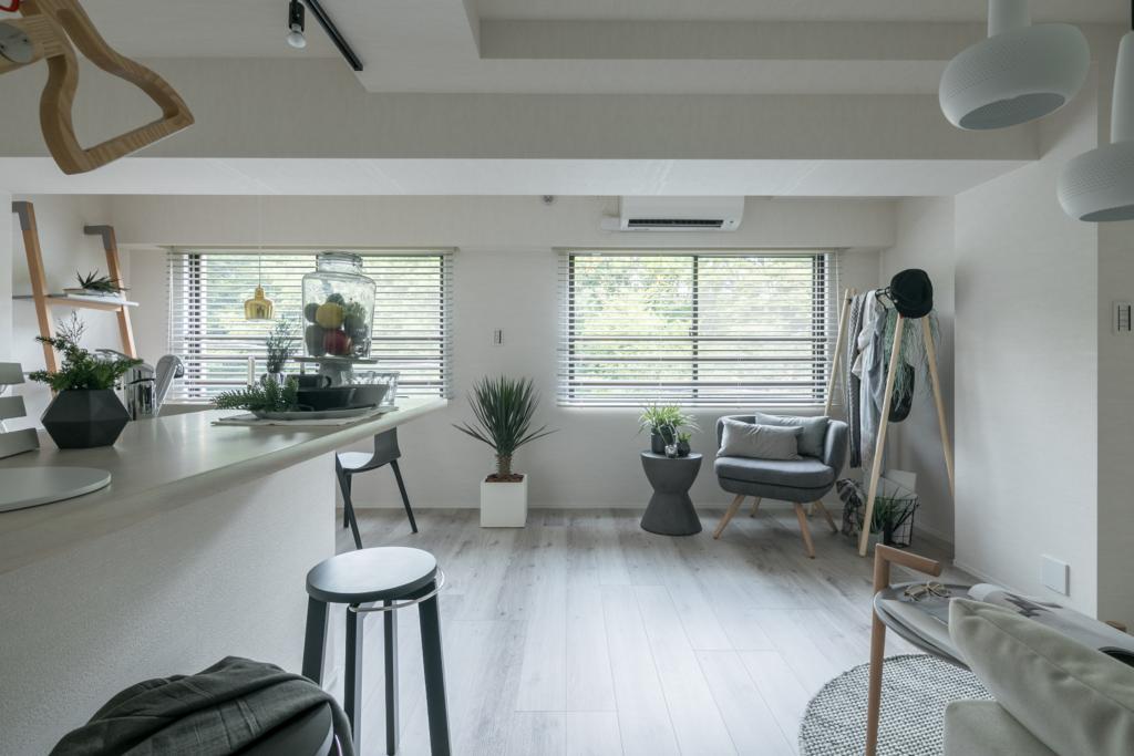 緑あふれる借景を活かして室内はシンプルに!