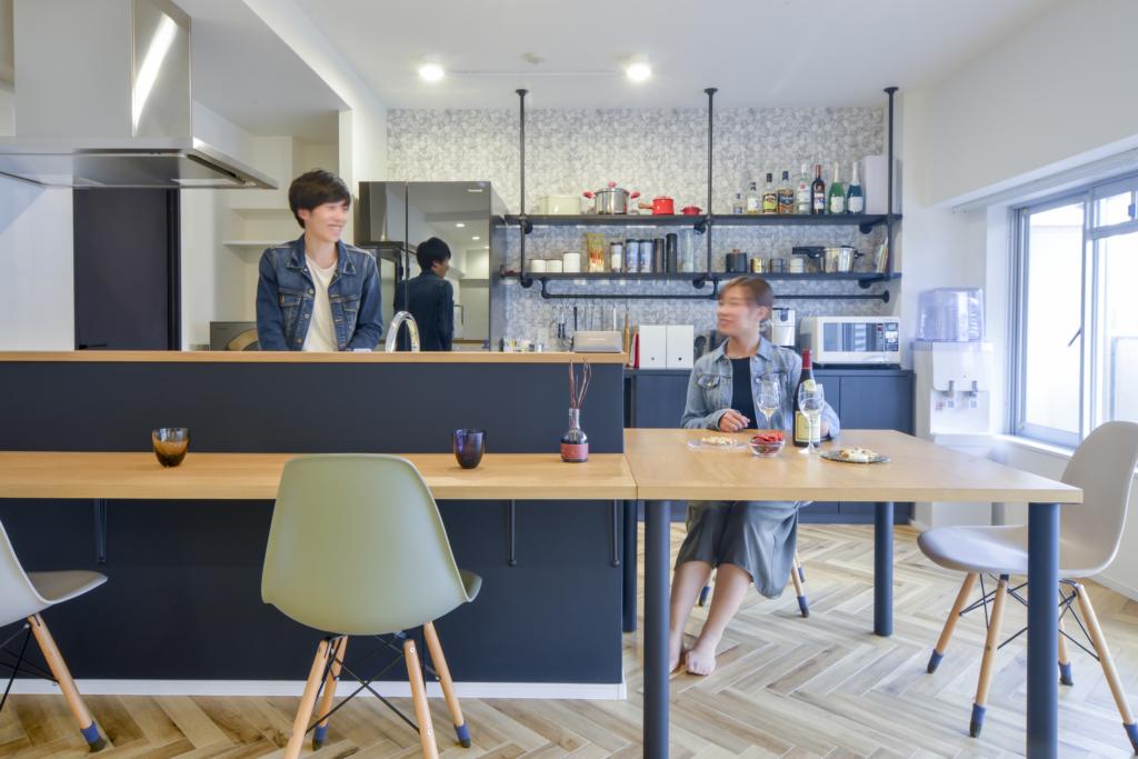 ■事例8:「見せる収納+カウンター」のホームパーティーで活躍するキッチン