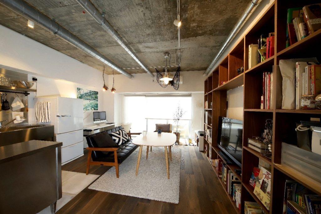 コンクリートむき出しのインダストリアルな空間