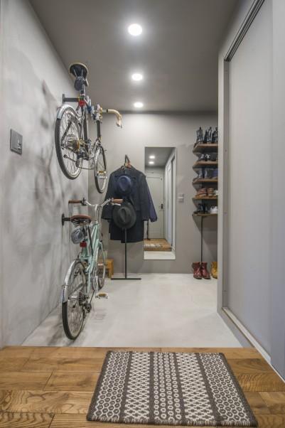 土間に自転車を飾るように収納