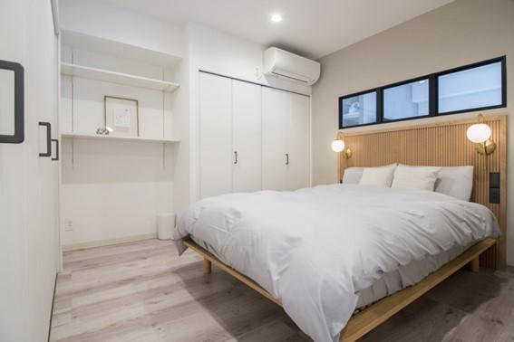シンプルモダンなホテル風の寝室