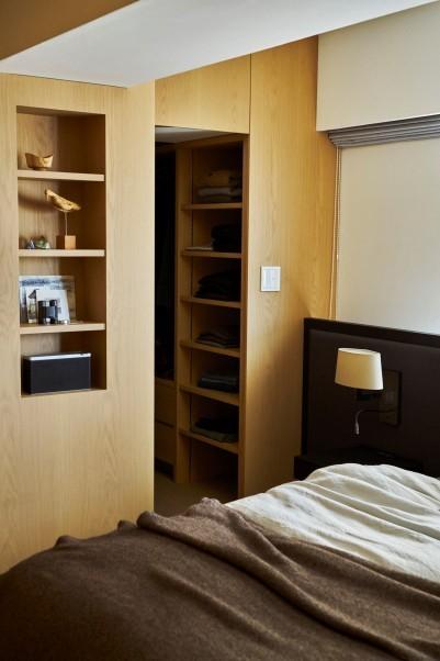 シンプルモダンな寝室とクローゼット