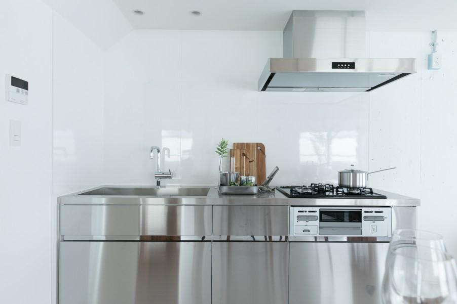 ヘアライン仕上げのステンレスが輝くシンプルなキッチン