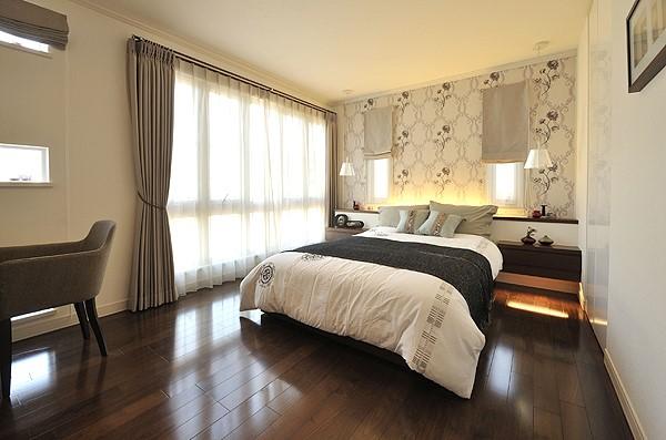 壁紙がアクセントの落ち着きある寝室