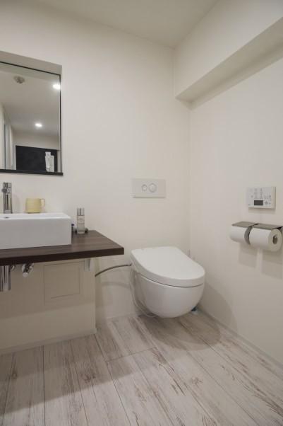 シンプルモダンなバスルームとトイレ