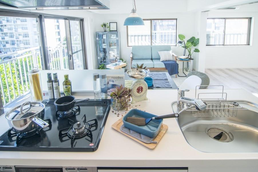 LDKおよび隣接する居室を見渡すことができるキッチン