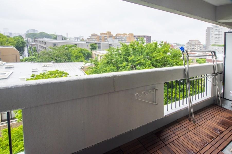 静かな住宅街の高台に建つマンション