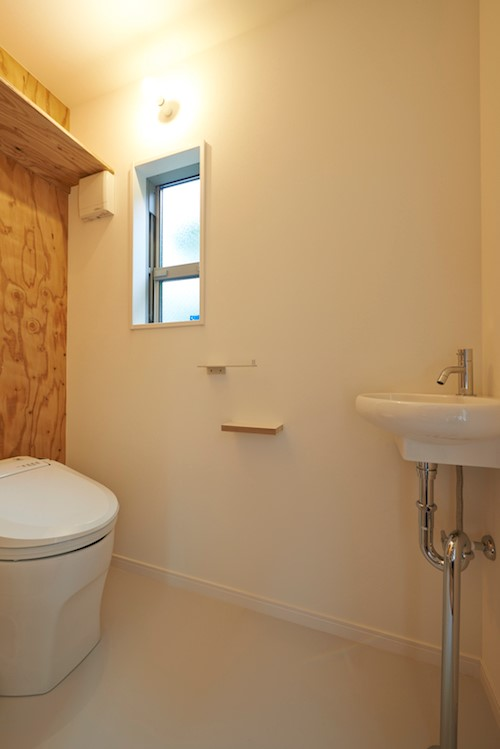 シンプルなデザインのナチュラルなトイレ