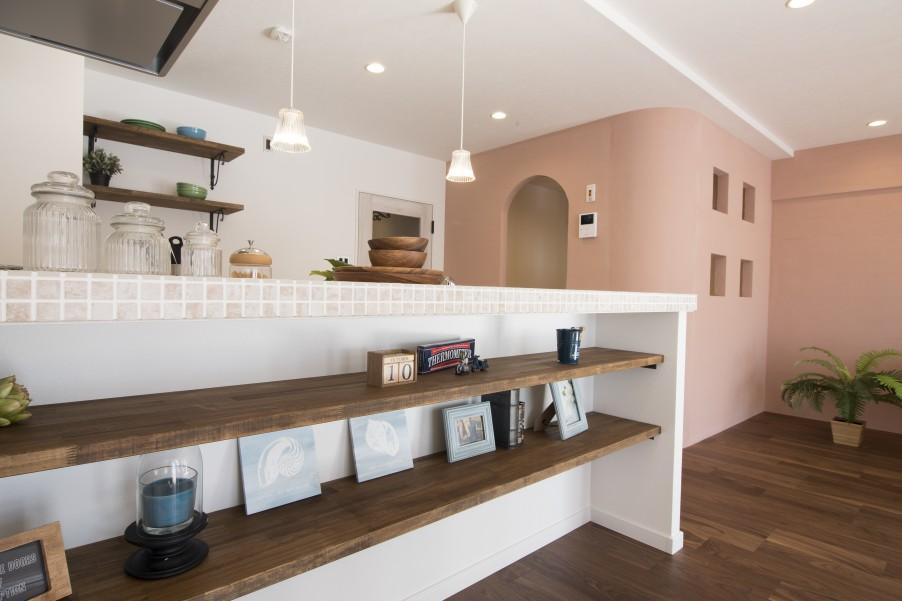 キッチンカウンターのニッチ飾り棚