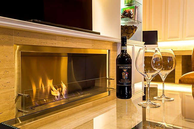 大理石と調和するバイオエタノール暖炉