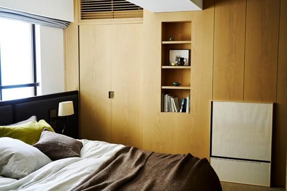 木目が美しい寝室のニッチ収納
