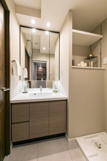 シックな洗面室のニッチ収納