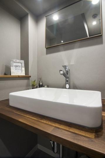 シンプル・ストイックな洗面室のニッチ収納