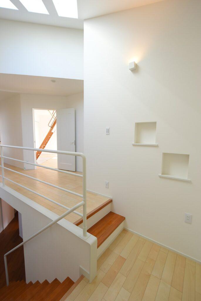 階段ホールのギャラリー風ニッチ収納