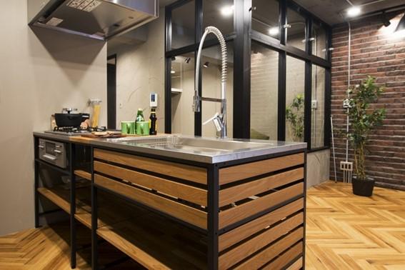 シンプルに棚板が設けられたデザインのキッチンが合いいます