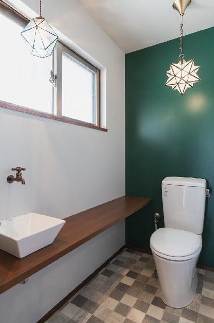 トイレはアクセントウォールが映えるスタイリッシュな空間