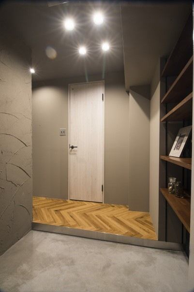 玄関も壁や床がモルタルで仕上げ