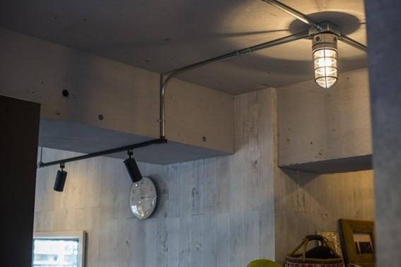 塗装されたコンクリートの躯体現しの天井と、ダメージ加工が施された板張りの壁