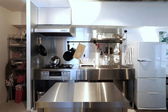 インダストリアルテイストに合う業務用テイストのステンレスキッチン