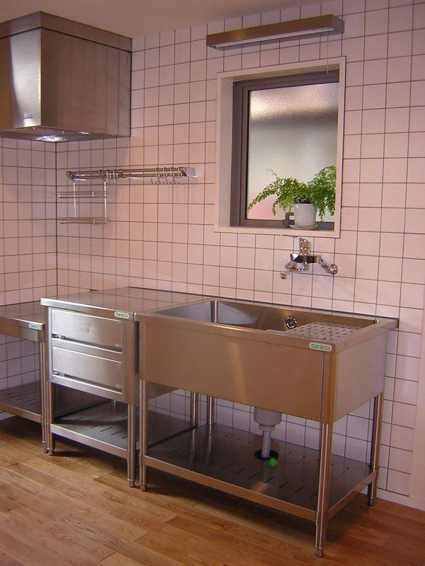 ナチュラルな空間にマッチする業務用キッチン