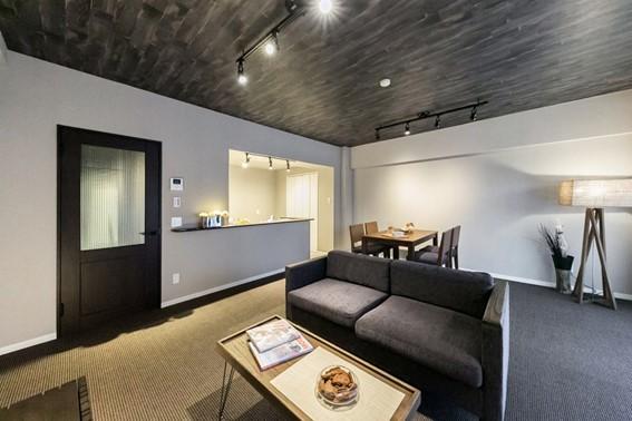 スタイリッシュな壁面収納のパントリー