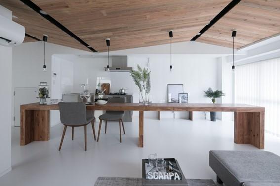 斜めの天井が印象的なインテリア事例