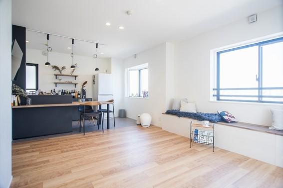 広々とした空間は、キッチンの床を張り分けることで緩やかにゾーニング