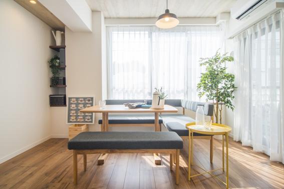 リビングとダイニングを兼ねた華奢な家具で開放感ある空間に