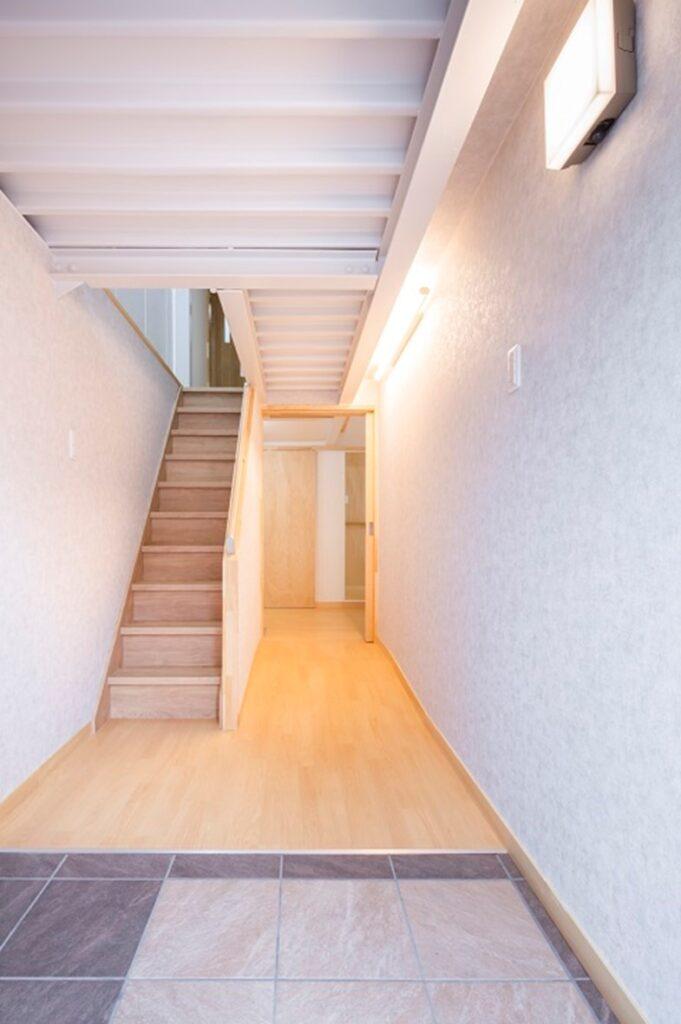 玄関の段差はなく、玄関ホールから廊下までフラットに