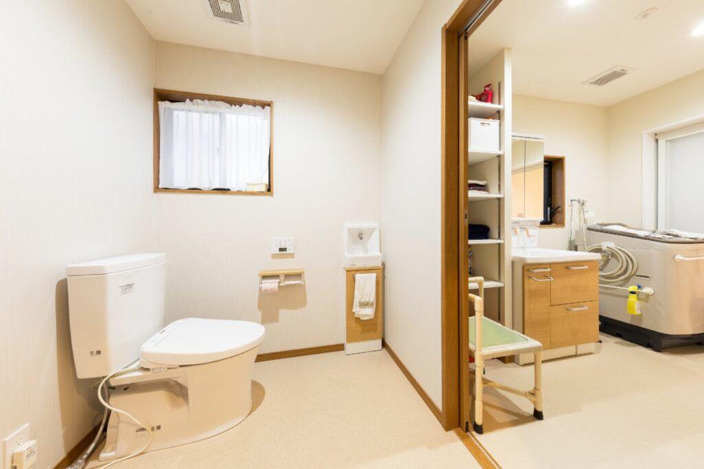 トイレは介助者と車いすも入ることを考えると、便器の前や横に広い空間があると便利