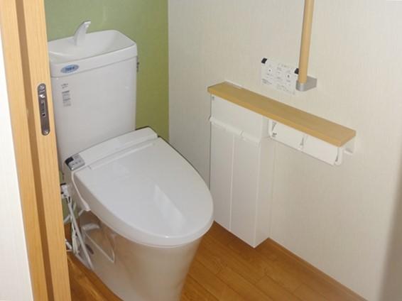 隣の物置スペースとくっつけて、トイレ空間を広げる工事を実施
