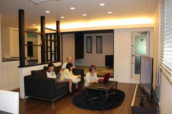 増築した2階のLDKと和室は、モダンな雰囲気に