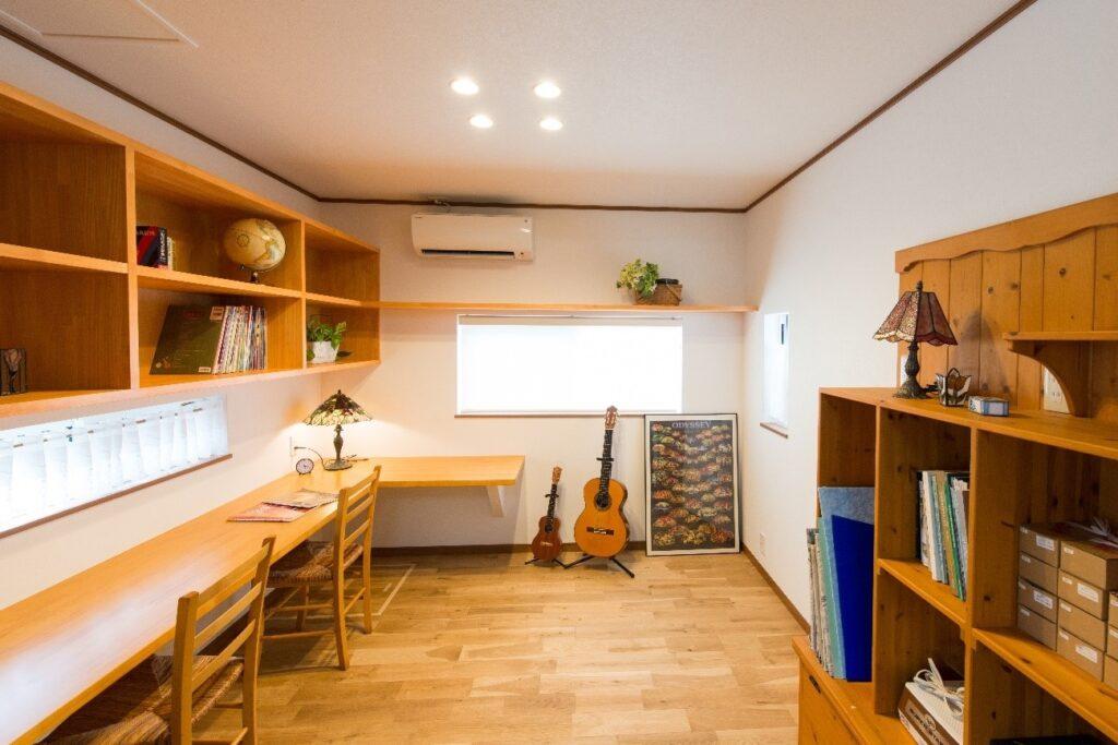 ご主人がギターを弾いたり、お子さんが勉強したりするスペース