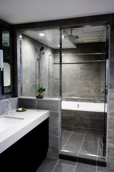 在来浴室のようなガラス張りのラグジュアリーなバスルーム