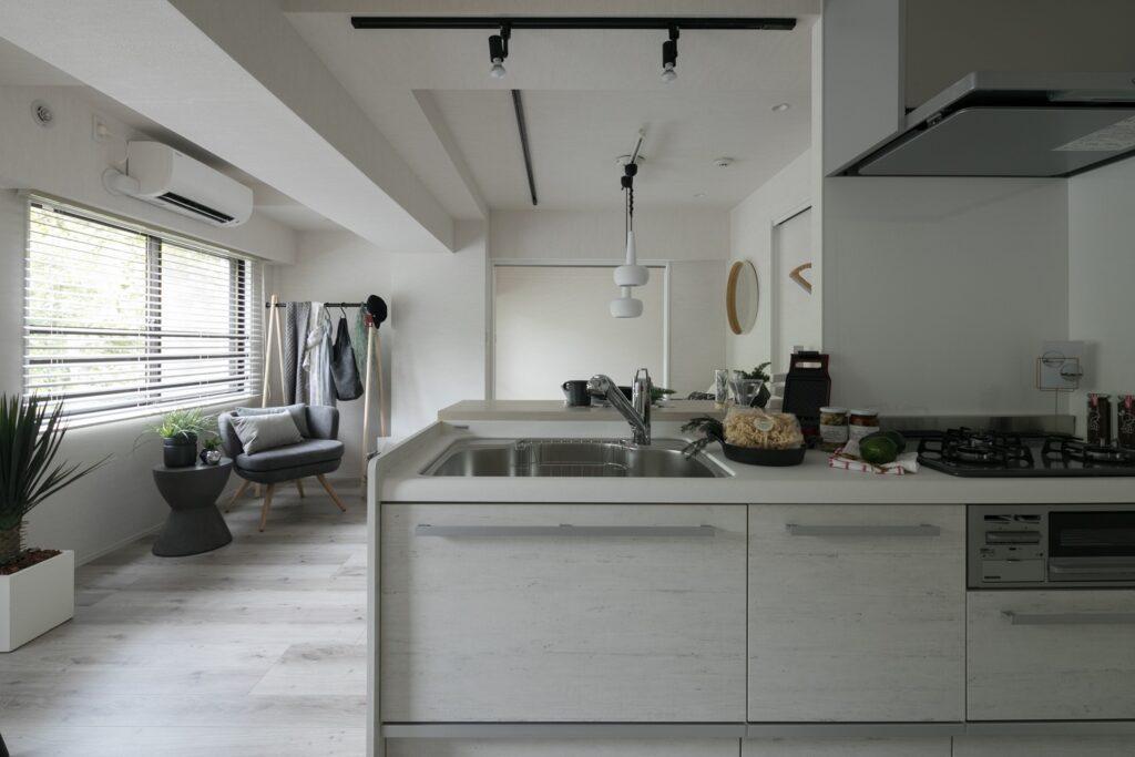 対面キッチンに立ちながら、窓が切り取る街路樹の風景を眺めることができます