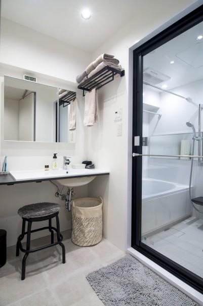 ガラス扉のスタイリッシュなバスルーム