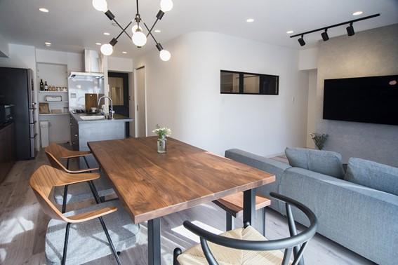 北欧家具の定番「Yチェア」もブラックを選ぶと、クールな印象