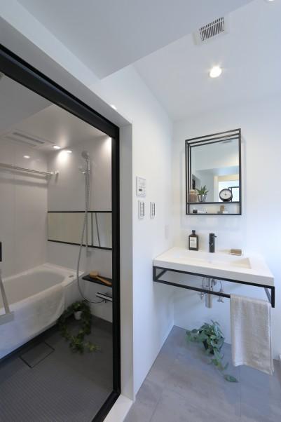 モノトーンで統一したバスルームと洗面所