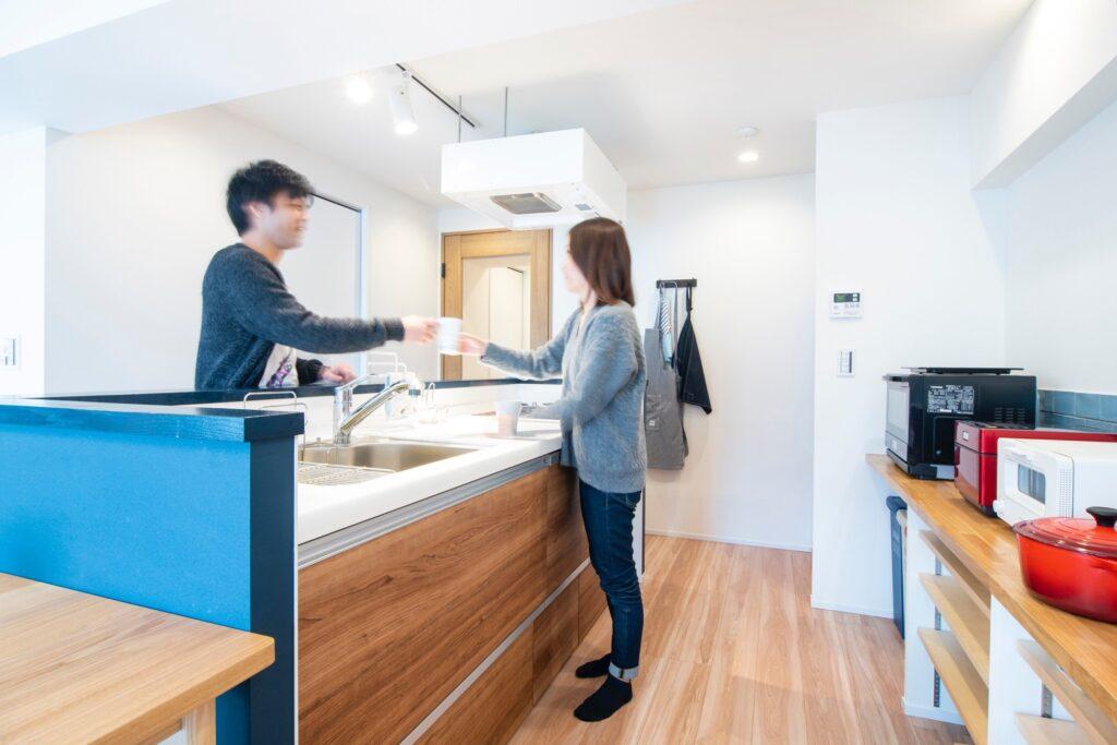 天板付近にブルーのタイルを張ることで、デザイン性とともに清掃性にも配慮しました