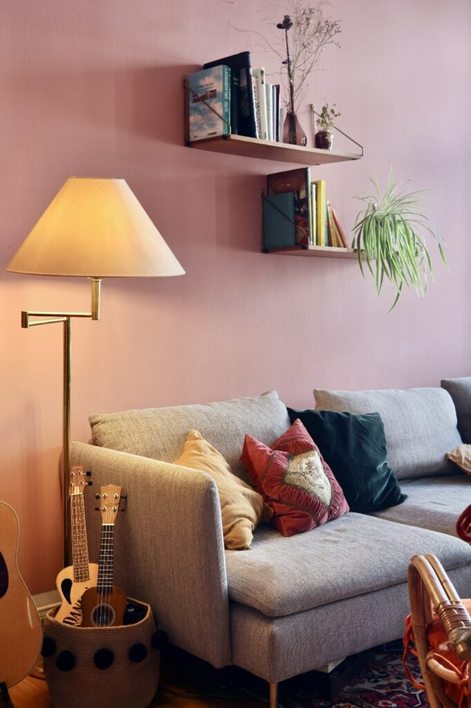 くすみピンクと相性が良いのは、白、グレーなどの無彩色