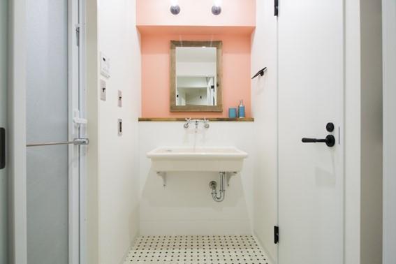 洗面所をコーラルカラーでかわいらしく