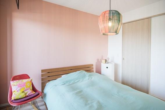 寝室をダスティーピンクでやさしい印象に