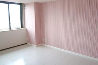 ピンクのストライプで洋服屋さん風のかわいらしいお部屋に