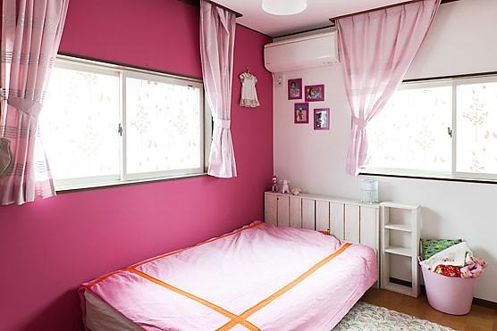 ビビッドピンクで海外風のおしゃれな子供部屋に