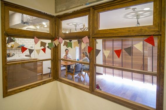 コーナータイプの室内窓