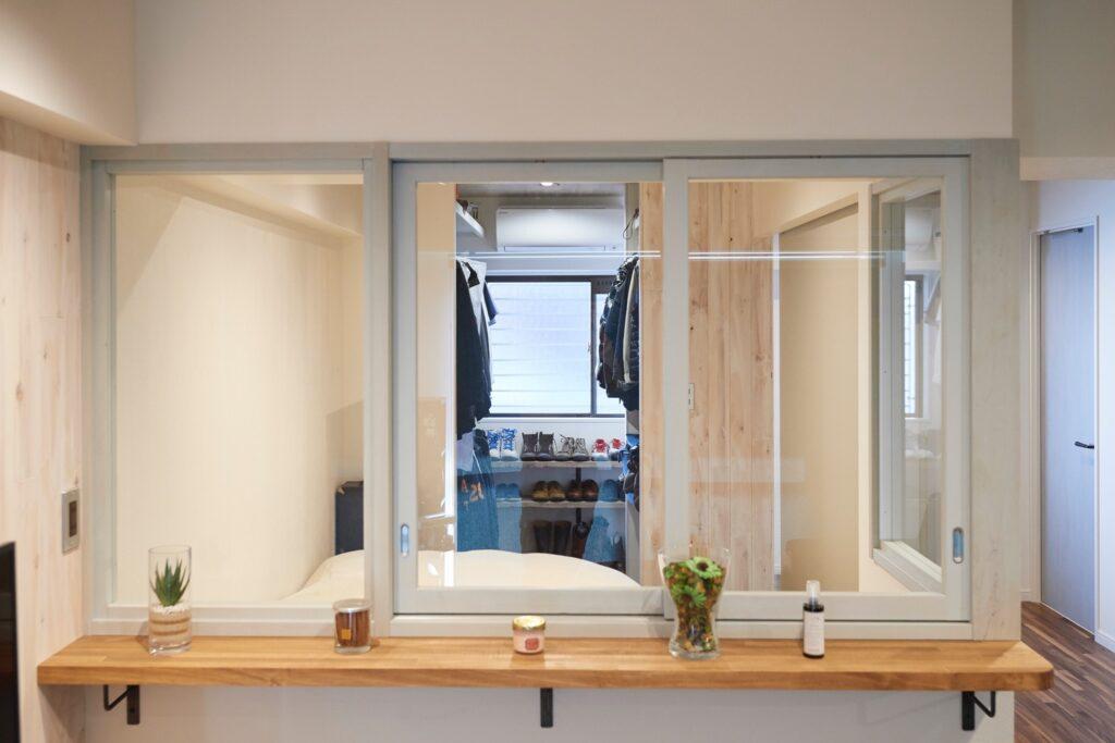 視線が一直線に延びる室内窓